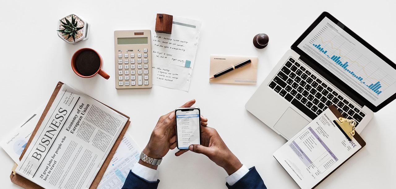 Empresário Cercado De Materiais De Escritório, Pesquisando Sobre Taxa Selic