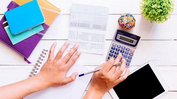 Funcionário De RH Calculando Fechamento De Folha De Pagamento