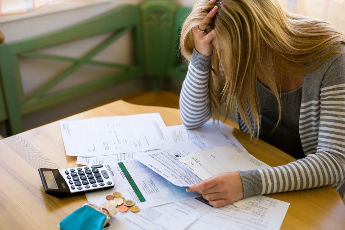 Mulher Calculando Endividamento, Ilustrando Artigo Do Blog Do Consignet