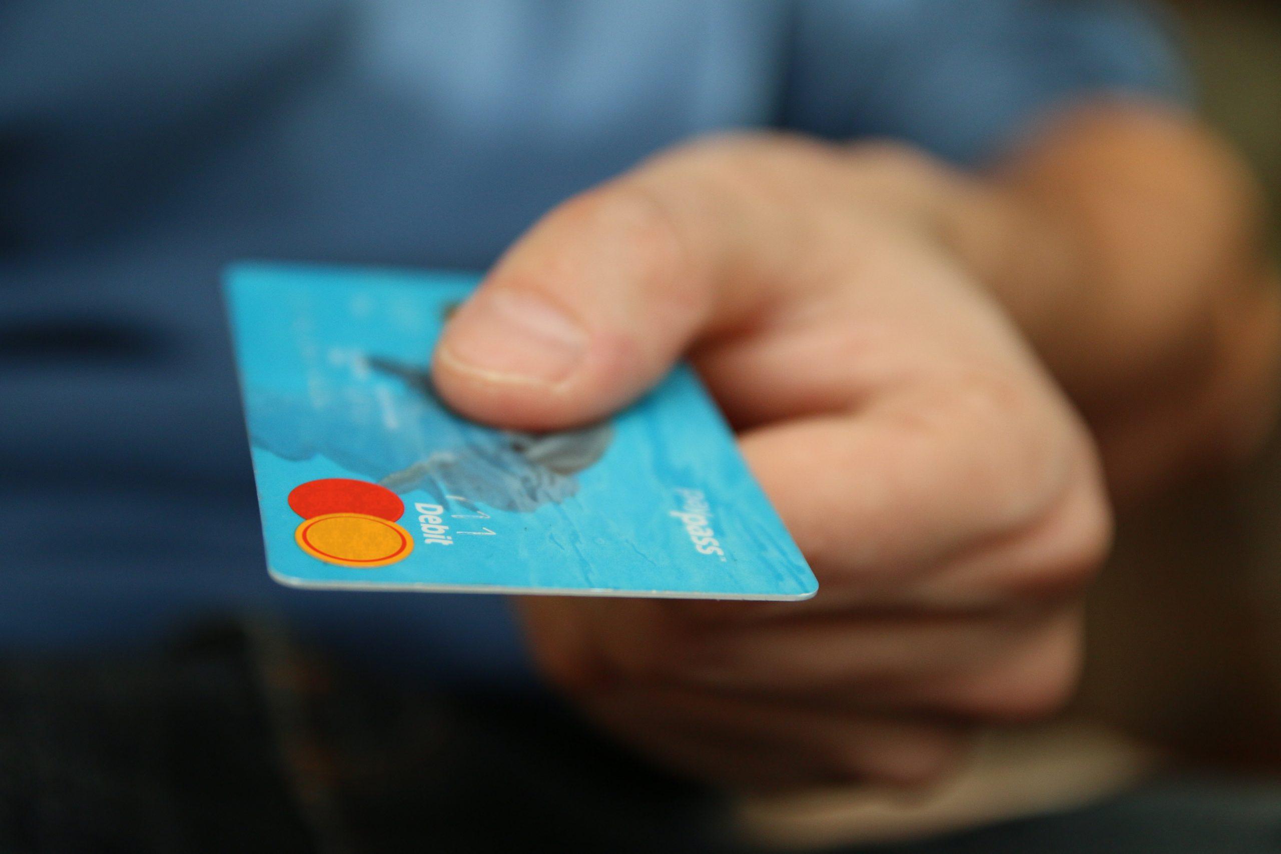 Mão Segurando Cartão De Crédito, Ilustrando A Ideia De Liberação De Crédito