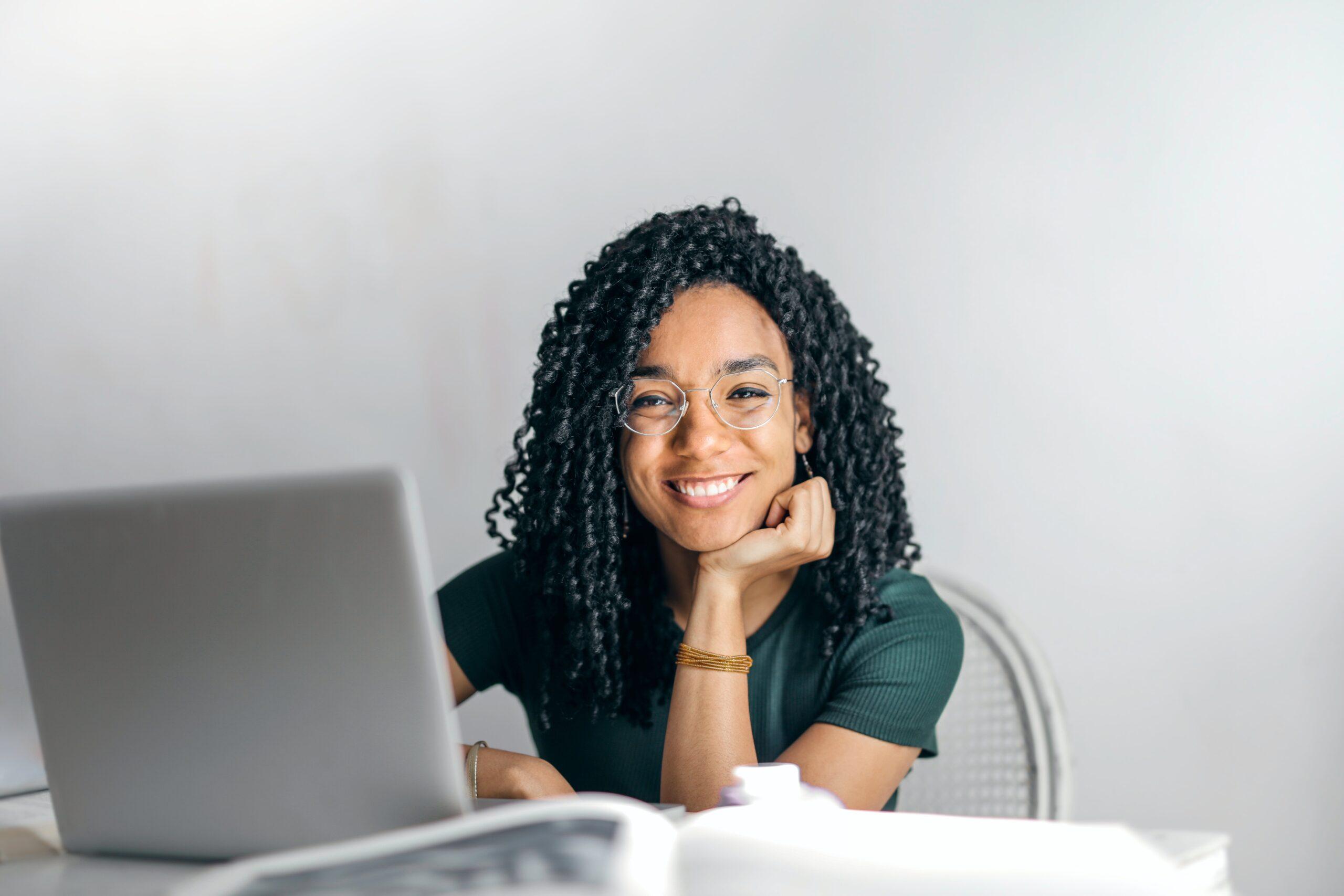 Gerente De RH Estudando O Que São Benefícios Flexíveis No Blog Consignet