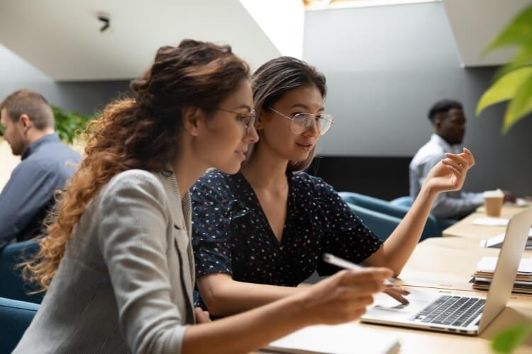 Mulheres estudando como organizar contratos em documento com o processo.