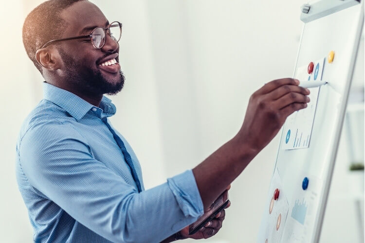 Homem negro analisando dados da empresa.