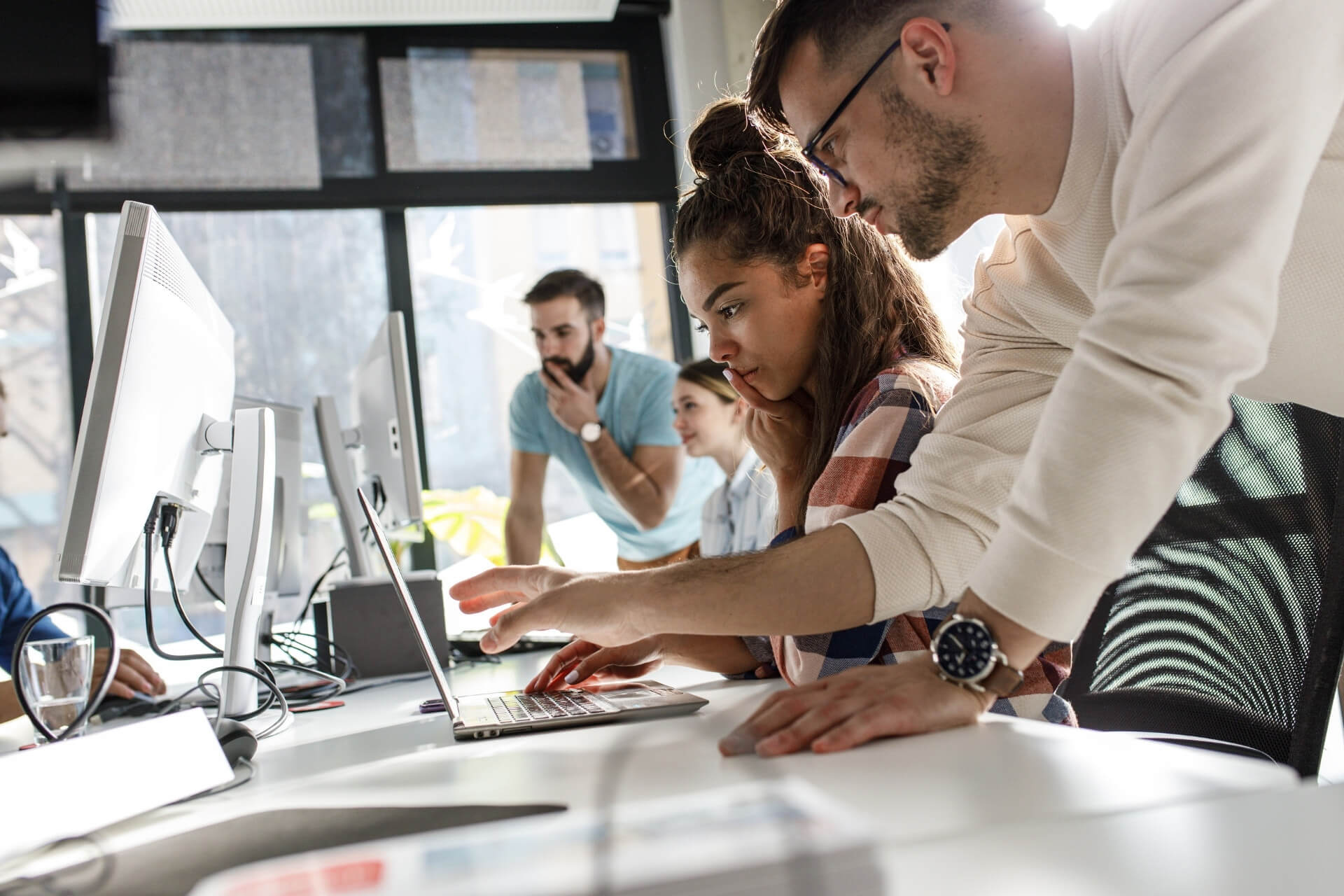 Equipe De Trabalho Reunida No Computador Entendendo O Que é Marca Empregadora.