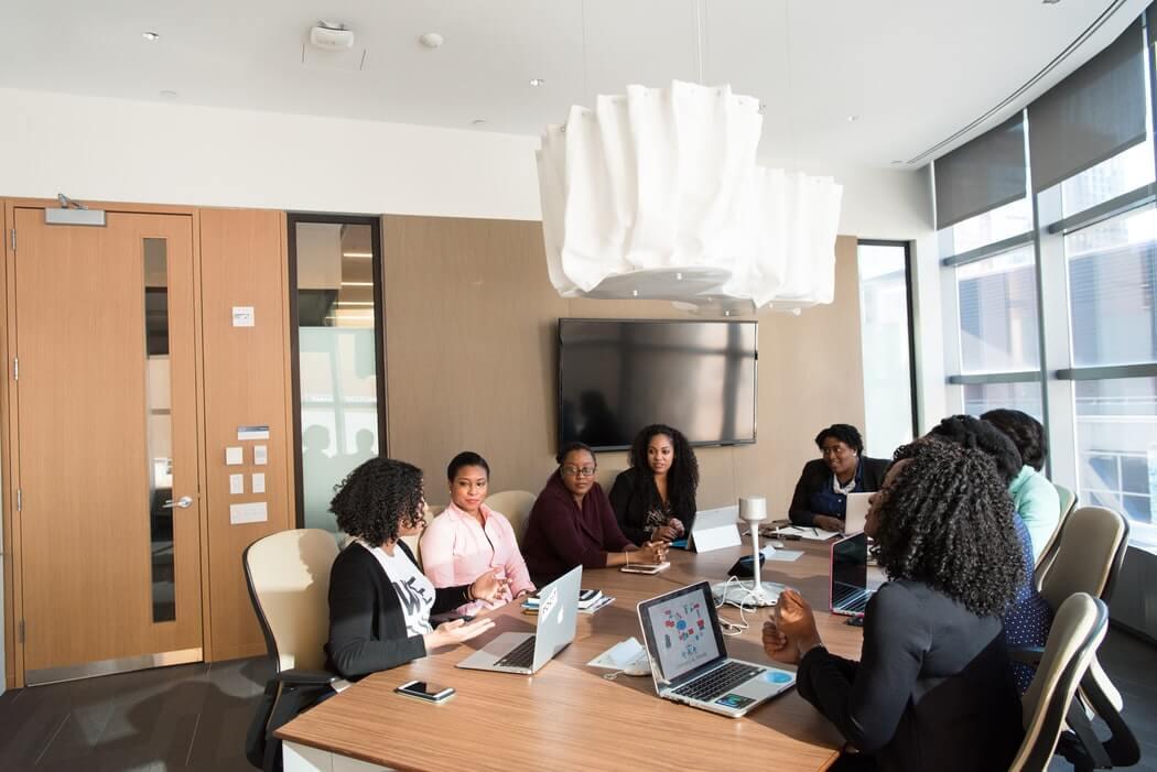 Pessoas reunidas para ouvirem as regras para realização de horário flexível no trabalho.