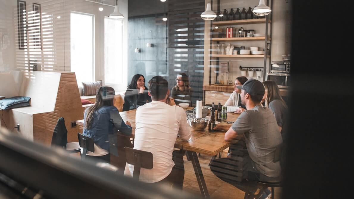 Equipe em reunião para discutir as questões legais do horário flexível no trabalho.